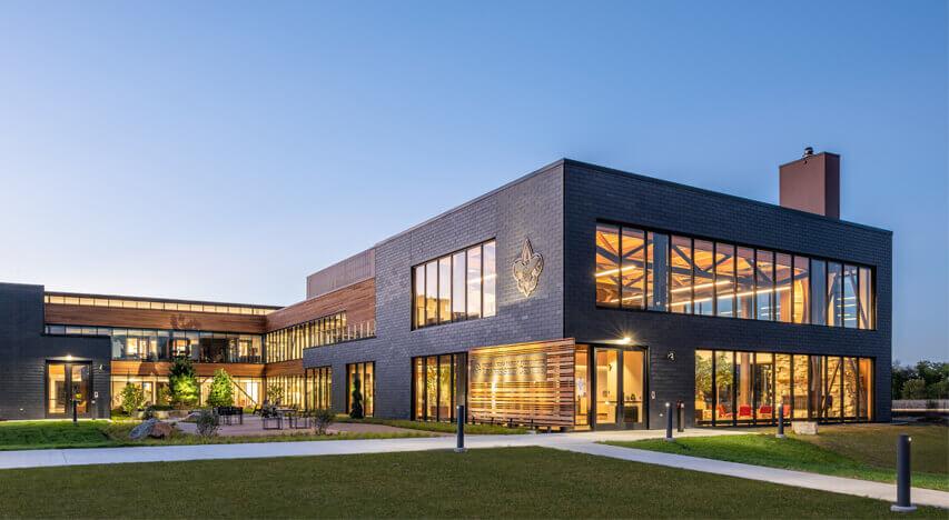 Naturskifer facadebeklædningssystem på BSA Leadership Center i Fort Snelling