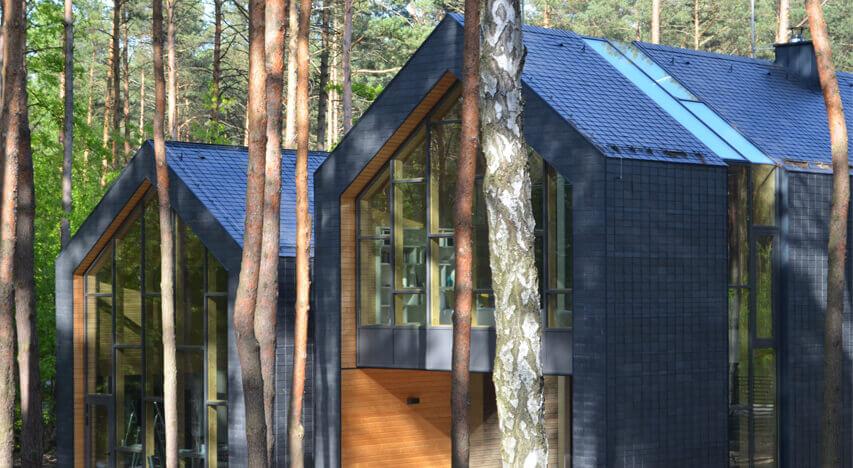 Flot naturskifer beklædt hus omgivet af naturen