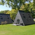 små huse beklædt med naturskifer